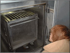 藤野議員はガス室の中の檻も開けて見せてもらっていました