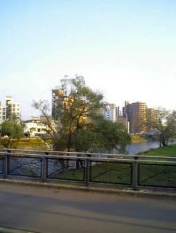 盛岡の川辺の美しい景色。