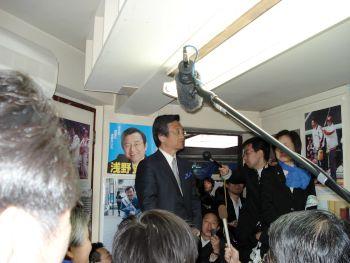 たくさんの取材を受ける浅野史郎候補