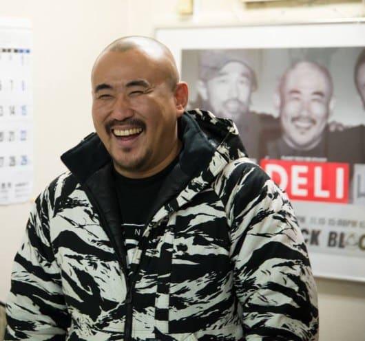 当選に湧くみなさんを見て、笑顔のDELIさん(2014年)