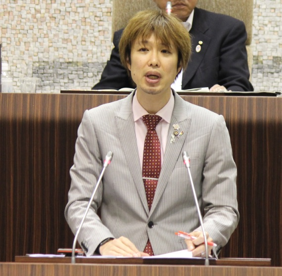 2015年6月議会で一般質問に立つ藤野英明