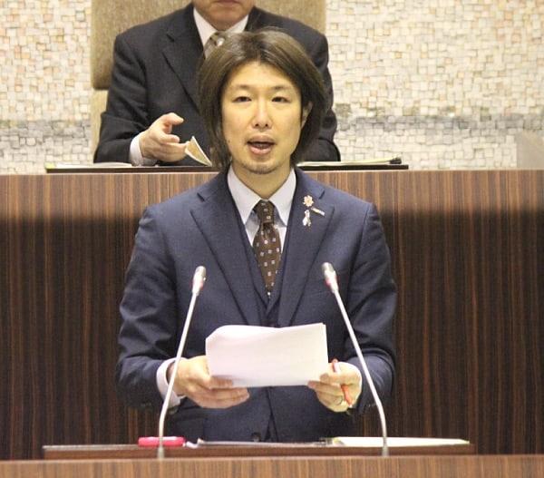 2017年予算議会で市長への質疑に立つフジノ