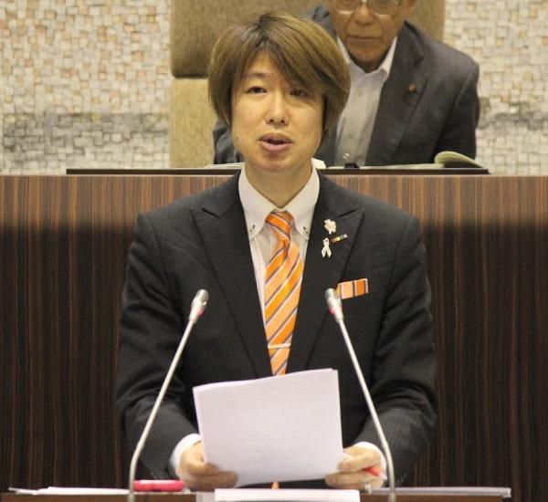市長への一般質問に立つ藤野英明