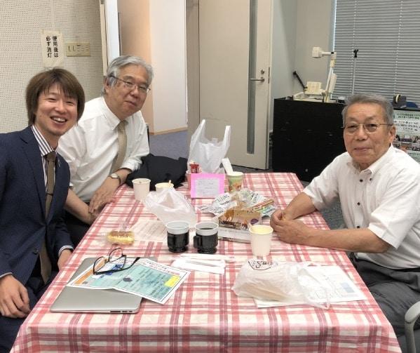 右から、飯野さん・臼井教授・フジノ