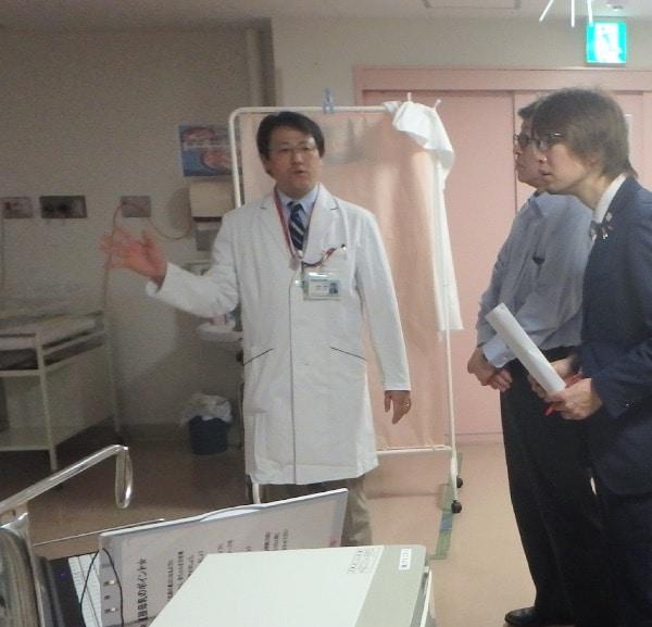 赤ちゃんの様子を説明して下さる宮本先生と、聴いているフジノ