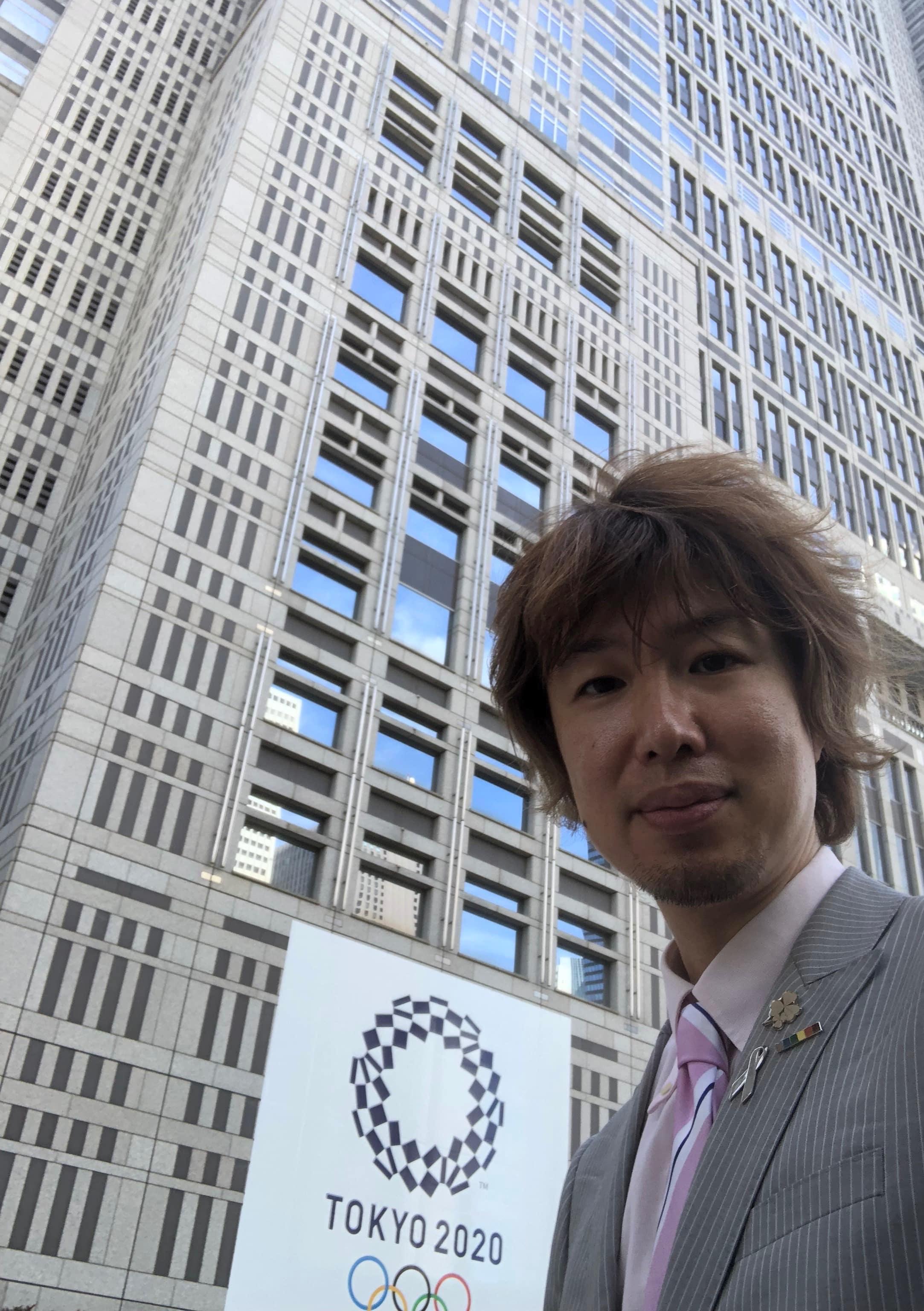 東京都庁舎前にて