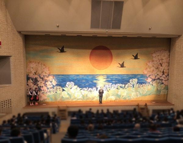 ステージ左には、司会を務める中学生2人がいます