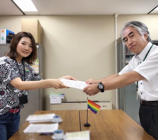 人権・男女共同参画課長に要請書を手渡す「多様な性にYESの日横須賀」代表(左)