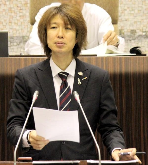 2018年9月議会で市長への一般質問に立つ藤野英明