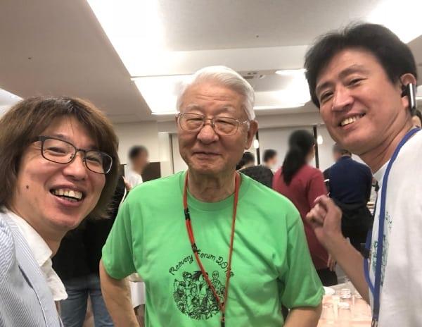 右から、前事務局長の桶谷さん・高橋清久さん・フジノ