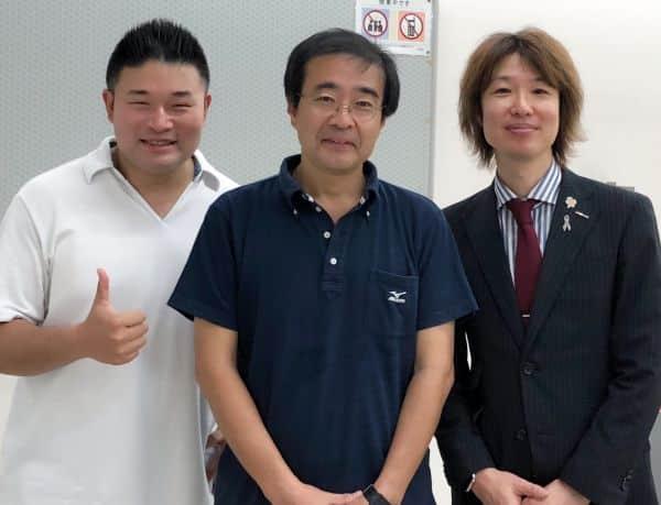 左から、くさま剛先生(横浜市会議員)、出石実副学長(法学部教授)、フジノ