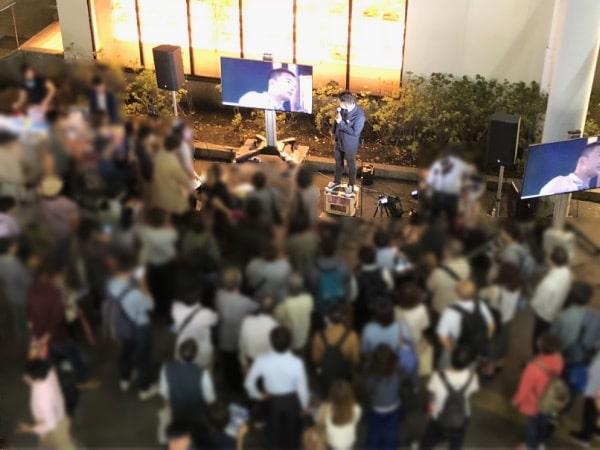 山本太郎議員の演説に耳を傾ける人々