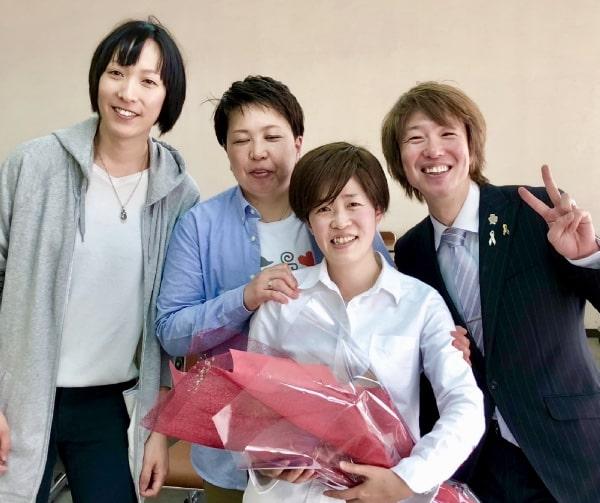 左から立会人の藤原さん、パートナーシップ宣誓をされた柿内さん、渡邉さん、立会人のフジノ