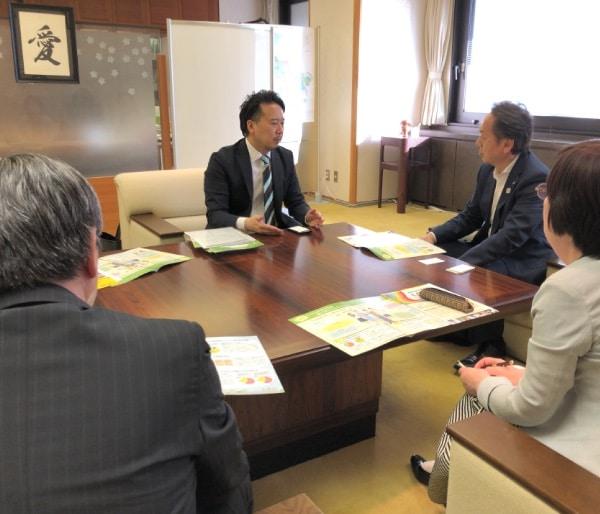 日高庸晴教授が市長・副市長・教育長と面会しました