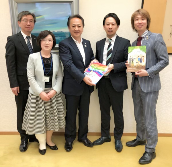 左から教育長・副市長・市長・日高先生・フジノ