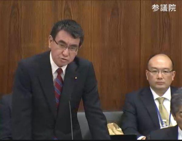 参議院外交防衛委員会で答弁に立つ河野太郎外務大臣