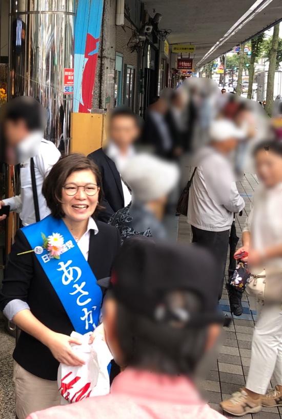 市民の方々と語りあうあさか由香さん