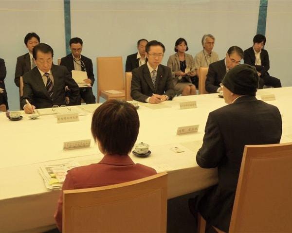 総理官邸にて(左端が菅直人総理。右端の後ろ姿は浅野史郎さん)