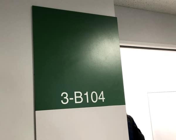 このドアの向こうに約300名の学生が待っています