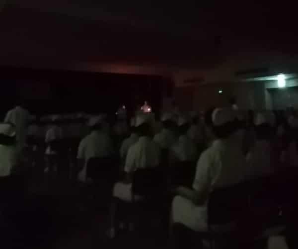 ナイチンゲール像から灯りを受け取ります