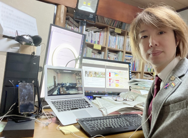 フジノは事務所からオンライン会議に出席しました